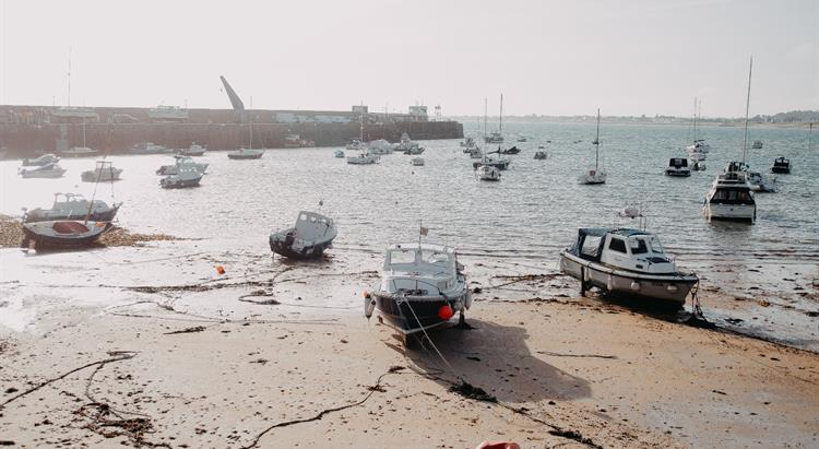 The Jersey Government has welcomed the Council of Le Manch decision to lift their ban on Channel Island boats landing there.